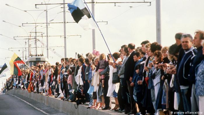 Protesters demonstrate with a human chain in Tallin in 1989 waving flags (picture-alliance/dpa)