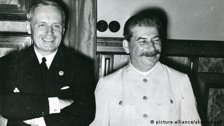 Josef Stalin (dir.) e representante do Império Alemão, Joachim von Ribbentrop, ao assinarem pacto em 23 de agosto de 1939
