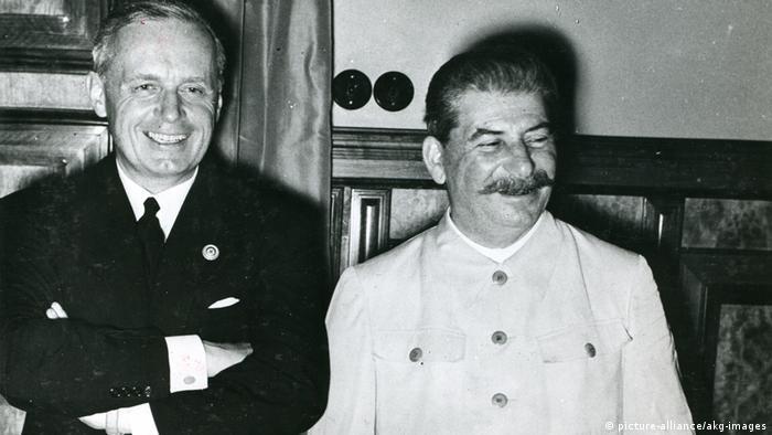 Сталин и министр иностранных дел третьего рейха Риббентроп в Кремле. 23 августа 1939 г.