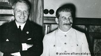 Zweiter Weltkrieg Deutsch-sowjetischer Nichtangriffspakt - Hitler-Stalin-Pakt 1939 | Joachim von Ribbentrop und Josef Stalin (picture-alliance/akg-images)