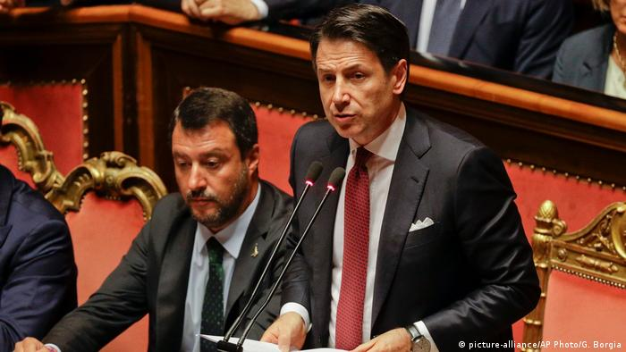 Premiê italiano, Giuseppe Conte, discursa no Senado ao lado de seu vice, Matteo Salvini