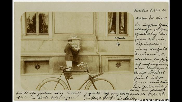 Postal de 1905 mostra carteiro colocando em caixa de correio