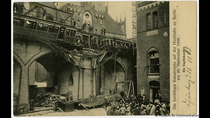 A black-and-white postcard showing a photo of an accident at a U-Bahn station in Berlin (Museum für Kommunikation Berlin)