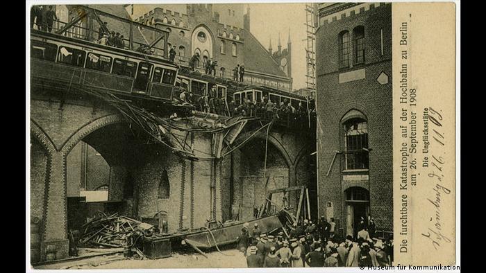 Cartão em preto e branco com foto de acidente em que trem caiu de viaduto