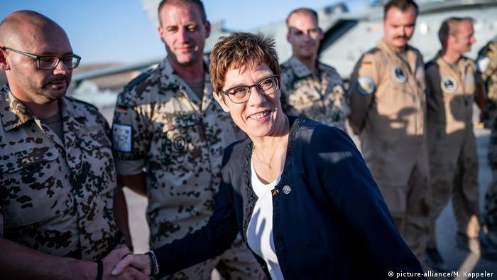 Verteidigungsministerin Kramp-Karrenbauer in Jordanien (picture-alliance/M. Kappeler)