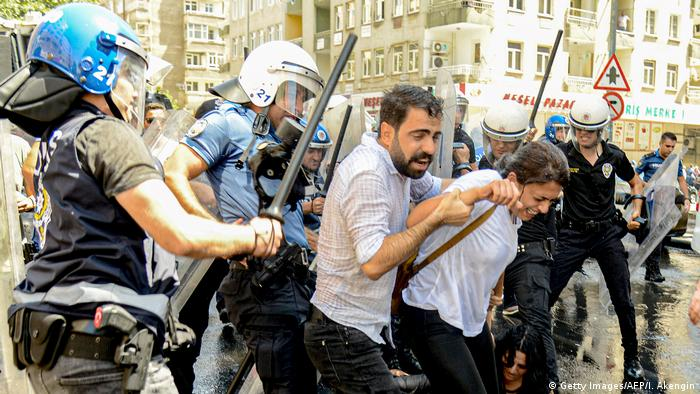 Türkei Proteste gegen die Ersetzung kurdischer Bürgermeister in Diyarbakir (Getty Images/AFP/I. Akengin)