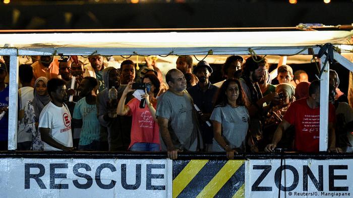 "Flüchtlinge der ""Open Arms"" gehen an Land"