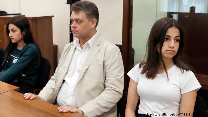 Мария и Ангелина Хачатурян и адвокат Алексей Паршин в Басманном суде Москвы