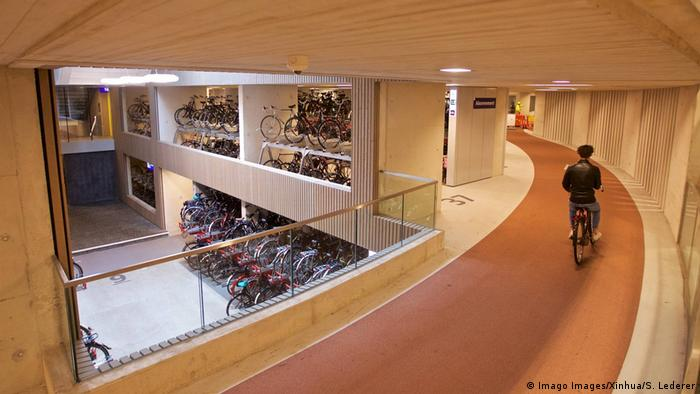BdTD Niederlande Parkhaus für Fahrräder (Imago Images/Xinhua/S. Lederer)