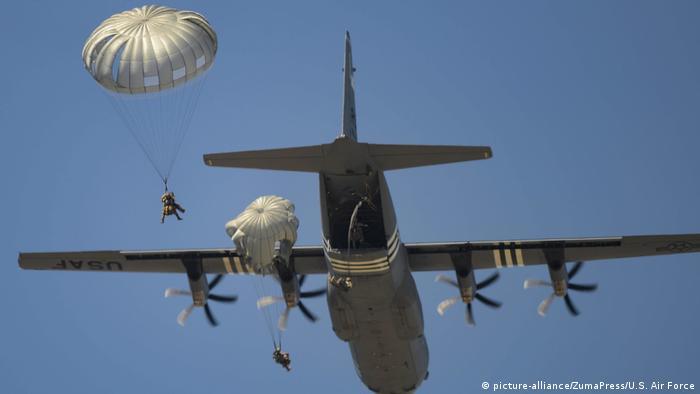 Американские парашютисты на авиабазе Рамштайн в Германии