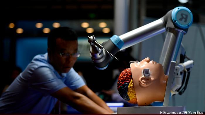Робот для нейрохирургии на выставке