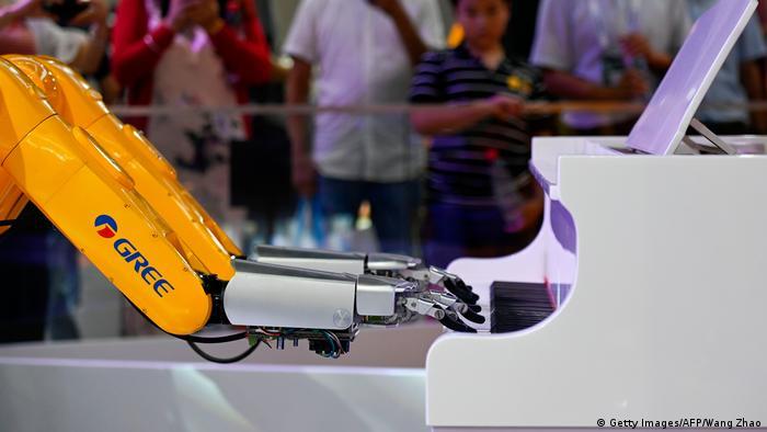 Robot przemysłowy grający na fortepianie był jedną z atrakcji Światowej Konferencji Robotyki w Pekinie