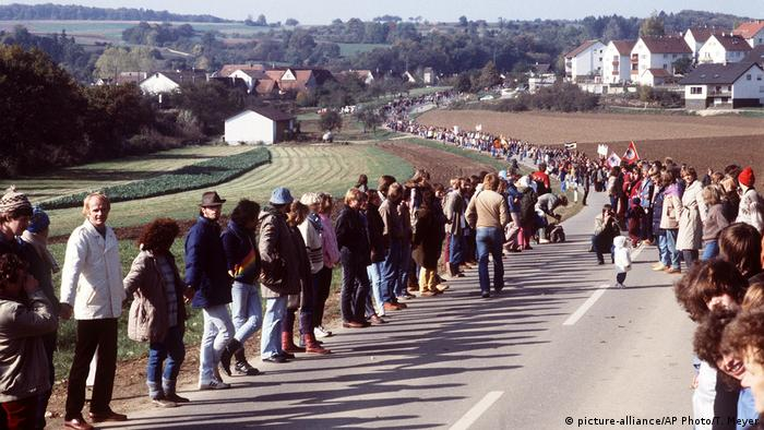 Germans protesting US military policy in Germany on a road in Ulm in 1983 by forming a human chain (picture-alliance/AP Photo/T. Meyer)