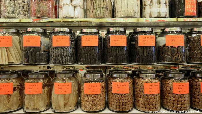 Tarros de medicina tradicional china seca.