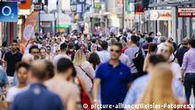 People walking in Hohe Strasse in Cologne (picture-alliance/Geisler-Fotopress)