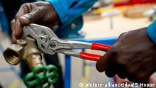 ARCHIV - 19.06.2015, München: Ein Flüchtling arbeitet in einer Lernwerkstatt an einem Werkstück. (zu dpa «Statistisches Bundesamt veröffentlicht Zahlen des Jahres 2018 zur Anerkennung ausländischer Berufsabschlüsse») Foto: Sven Hoppe/dpa +++ dpa-Bildfunk +++ | Verwendung weltweit