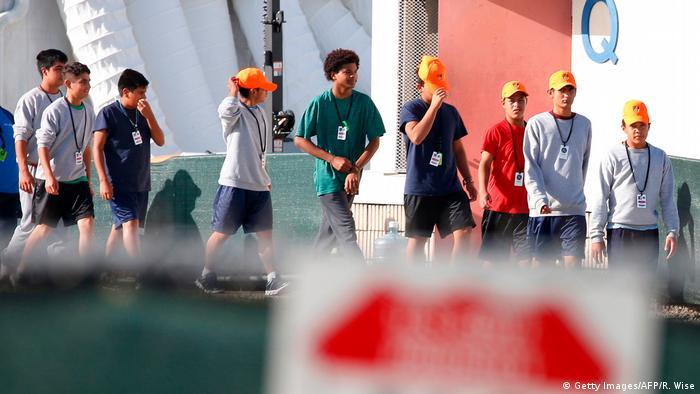Crianças separadas de seus familiares caminham em centro de detenção em Homestead, na Flórida