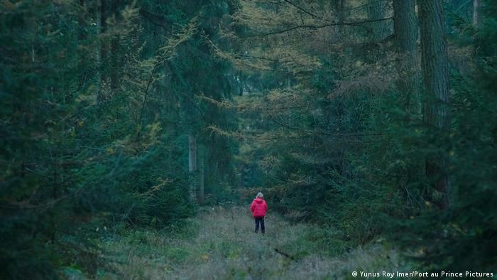 Film Systemsprenger Szene mit Mädchen in Wald
