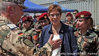 Aπό τη συνάντηση της Γερμανίδας υπ. Άμυνας με μαχήτριες Πεσμεργκά στο βόρειο Ιράκ