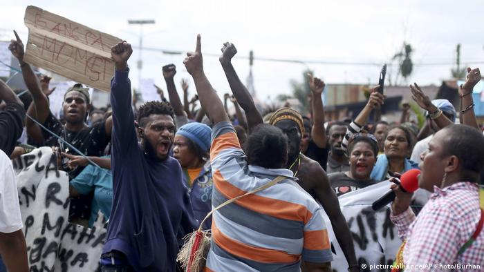 Papuans shout slogans during a protest in Timika (picture-alliance/AP Photo/Burhan)