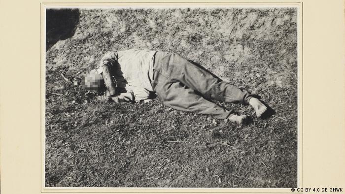 Pessoa descalça caída no chão