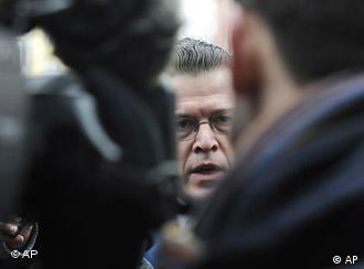 Verteidigungminister Guttenberg mit Journalisten (Foto: AP)