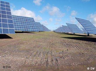 Instalaciones solares como la de la fotografía pueden reducir rápidamente las emisiones de CO2.