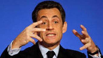 Francuski predsjednik Nicolas Sarkozy gestikulira