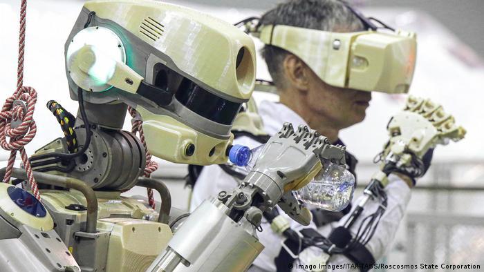 Kasachstan Humanoider Roboter FEDOR vor dem Start der Sojuz Rakete