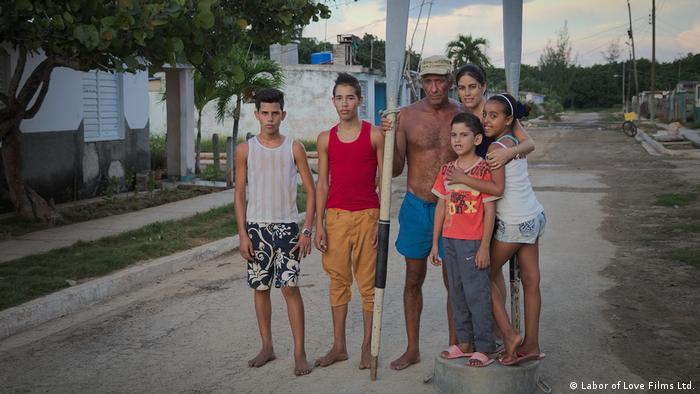 Filmstill aus dem Film VOICES OF THE SEA beim Filofestival Bad Saarow: Eine Familie steht auf einer Straße