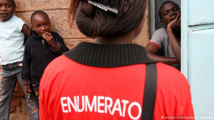 Afisa wa kuhesabu watu Kenya akimuuliza maswali mkaazi mmoja wa Nairobi wakati wa zoezi la uhesabu watu, sensa.
