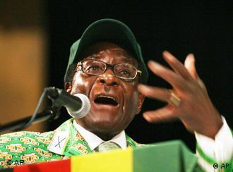 Zimbabwe Präsident Robert Mugabe am Rednerpult bei der ZANU-PF (AP)