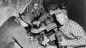 Κρατούμενοι στο στρατόπεδο Μαουτχάουζεν μετά την απελευθέρωση τους από αμερικανούς στρατιώτες