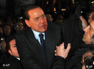 PM Italia Silvio Berlusconi dilempari patung kecil hari Minggu (13/12) dan harus dirawat di rumah sakit