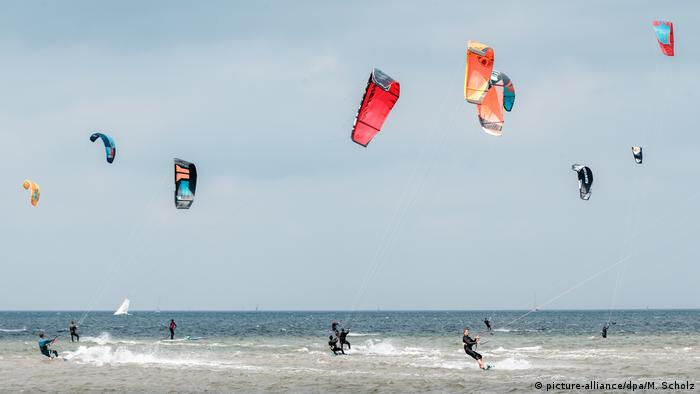 Kitesurfistas en el Mar Báltico en la bahía de Kiel.