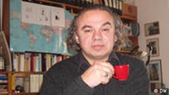 Autor w swojej pracowni z filiżanką kawy w reku