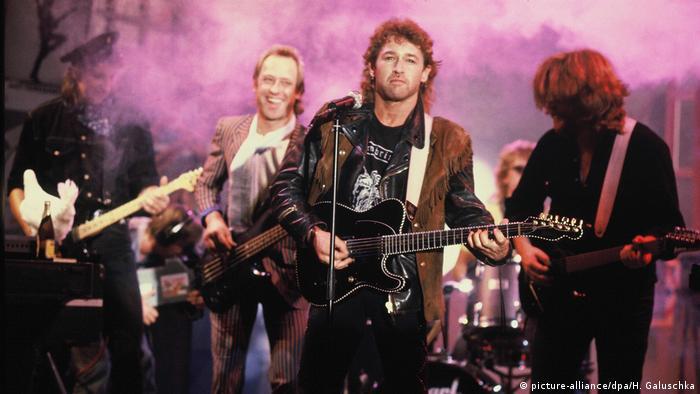 Peter Maffay mit Band auf der Bühne (picture-alliance/dpa/H. Galuschka)