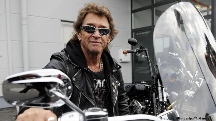 Peter Maffay sitzt auf einem Motorrad (picture-alliance/dpa/M. Gambarini)