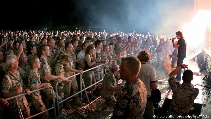 Peter Maffay singt vor Soldaten in Afghanistan 2005 (picture-alliance/dpa/dpaweb/T. Acke)