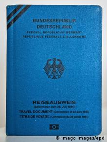 Deutschland Reiseausweis für Flüchtlinge (Imago Images/epd)