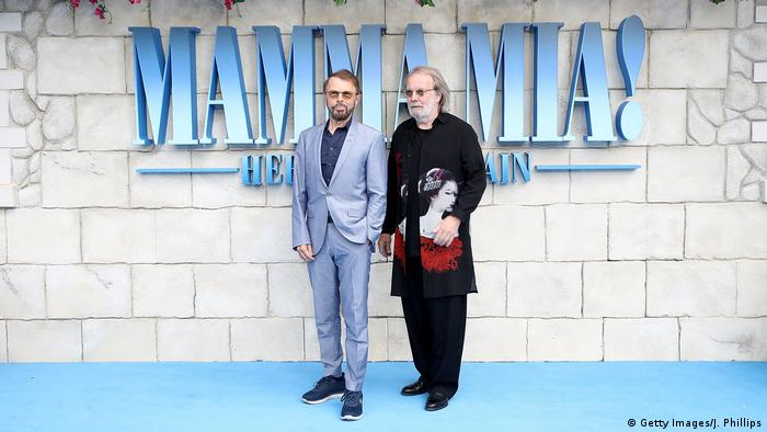 Bjorn Ulvaeus und Benny Andersson standing in front of the movie title Mamma Mia! Here We Go Again (Getty Images/J. Phillips)