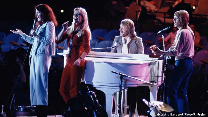 ABBA performs on stage in 1979 before the crowd at the UN General Assembly (picture-alliance/AP Photo/R. Frehm)