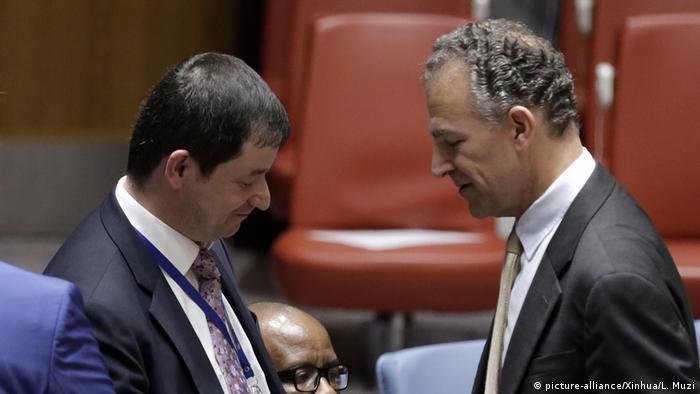 Representante russo Dmitry Polyanskiy (esq.) e o americano Jonathan Cohen na reunião do Conselho de Segurança