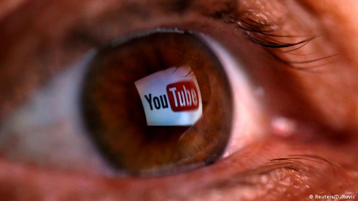 Логотип YouTube отображается в зрачке