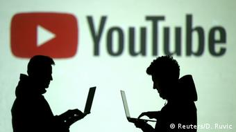 Логотип YouTube и силуэты людей с ноутбуками