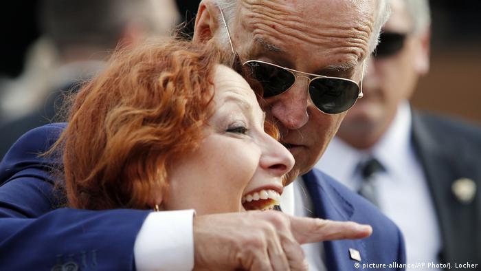 Joe Biden posiert in Las Vegas für ein Foto mit einer Frau (Foto: picture-alliance/AP Photo/J. Locher)