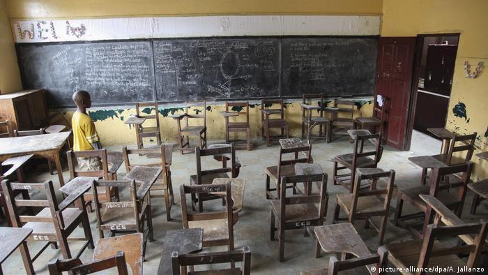 Пустой класс в школе в Либерии