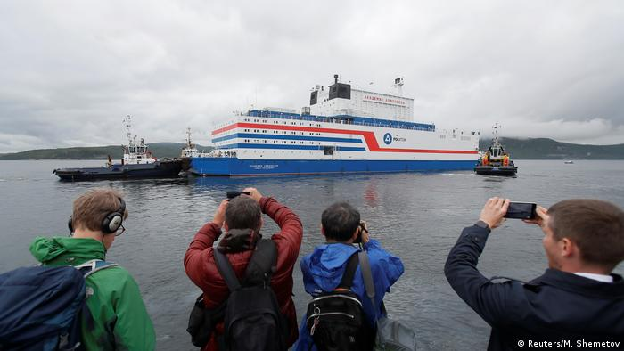 Floating power plant 'Akademik Lomonosov' heads to sea (Reuters/M. Shemetov)