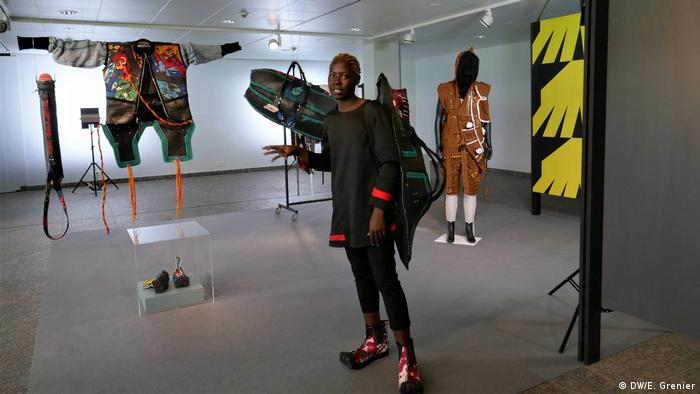 Die Designerin Njola posiert vor ihren Modellen im Berlin Kunstgewerbemuseum | Connecting Afro Futures