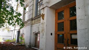 Вхід до крила будівлі, яку передали ПЦУ